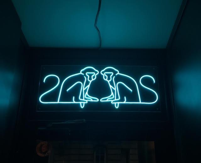création logo bar - photo logo neon - 2 singes paris - réalisé par CLEO STUDIO